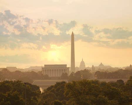 링컨 기념관, 워싱턴 기념비와 국회 의사당을 보여주는 아침에 태양과 구름 워싱턴 DC 스카이 라인
