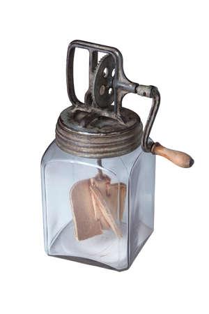 crank: Antigua mantequera vidrio con manivela y palas de madera aislado en blanco