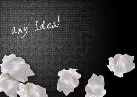 imaginary dialogue: Papeles arrugados en el fondo negro, Pensamiento creativo con lluvia de ideas. Foto de archivo