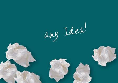 imaginary dialogue: Papeles arrugados en el fondo verde, el pensamiento creativo Con lluvia de ideas.