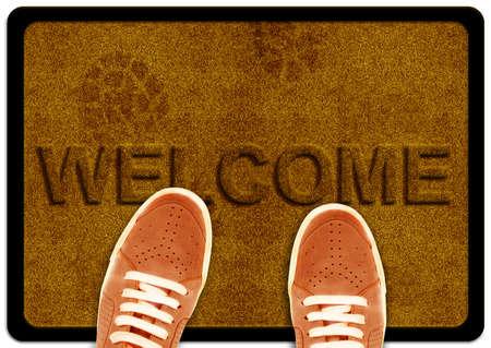 welcome door: accogliere la pulizia di moquette piedi con impronta di scarpa shoeand su di esso. Archivio Fotografico