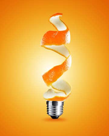 pensamiento creativo: bombilla hecha de c�scara de naranja, la bombilla de la imagen conceptual de la luz.