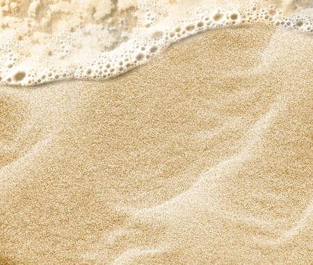 sandy: La onda suave del mar en la playa de arena limpia.