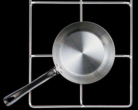 steel pan: Acero vacío sartén en la estufa