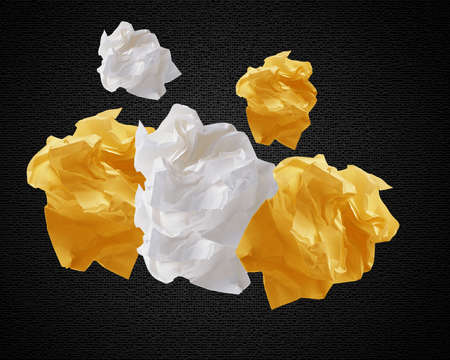 imaginary dialogue: Arrugados papeles de colores creando bocadillo. Foto de archivo