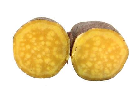camote: cortar las patatas dulces sobre fondo blanco