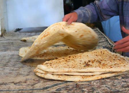 haciendo pan: arab panadero hace el pan árabe.