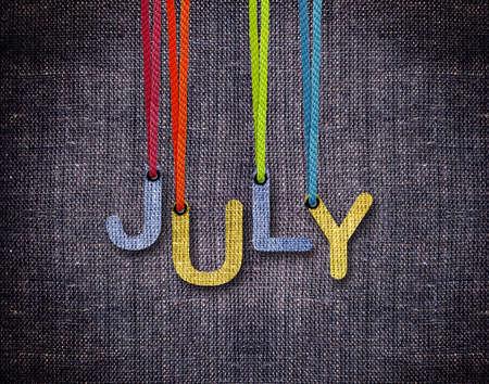 calendario julio: Letras julio cadenas con fondo azul cilicio colgantes. Foto de archivo
