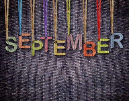青い荒布の背景を持つ文字列を吊り 9 月の手紙。 写真素材