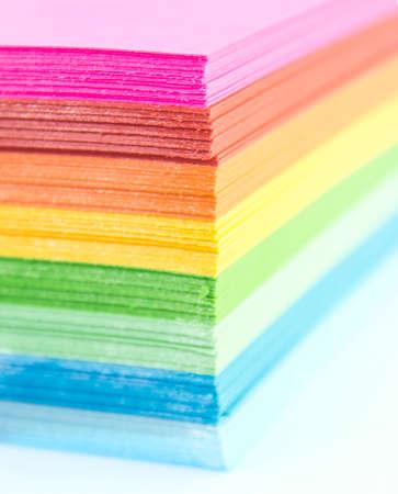 paper craft: Papel de colores aislados en blanco. Foto de archivo