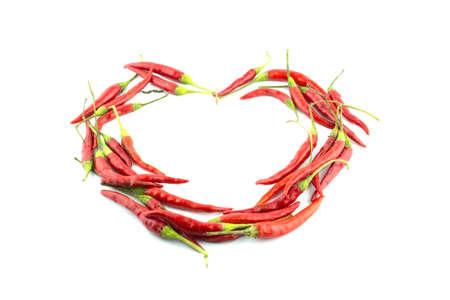 hacer el amor: Pimienta de chile rojo caliente hacer el amor de forma de corazón sobre un fondo blanco