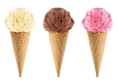 helado de chocolate: Chocolate, vainilla y fresa Helado en el cono sobre fondo blanco con trazado de recorte. Foto de archivo