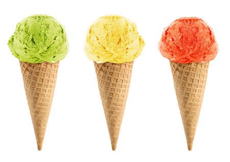 cono de helado: Helado verde, amarillo y rojo en el cono sobre fondo blanco con trazado de recorte.
