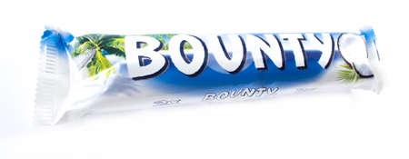 bounty: Amman, Jordania - 05 de diciembre 2014: barra de chocolate Bounty aislados sobre fondo blanco.