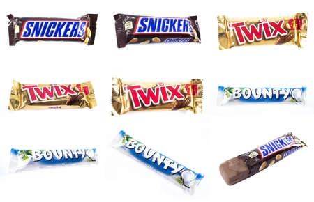 bounty: Amman, Jordania - 05 de diciembre 2014: Snickers, Bounty, barra de chocolate Twix aislado sobre fondo blanco. Snickers, barra de chocolate Bounty, Twix hecha por Mars, Incorporated.