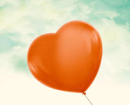 경로와 알파 채널을 클리핑 구름, 빈티지 푸른 하늘에 빨간 사랑 마음 풍선이 포함되어 있습니다.