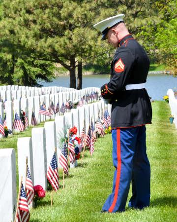 marinha: Marinha de uniforme completo Homenagem aos t�mulos de seus companheiros soldados no Memorial Day