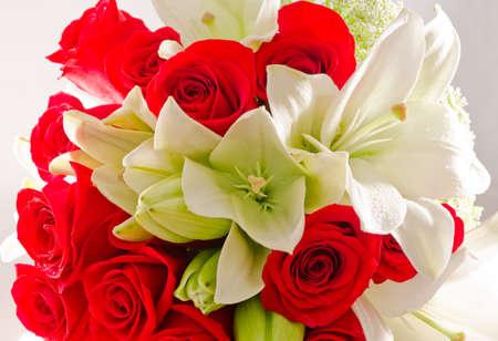 rosas rojas: Ramo de Rosas rojas y blanca asi�ticos Lillies Foto de archivo