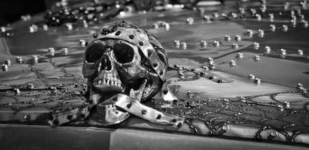 noir et blanc: Gothic Skull & Twisted capot ornement en m�tal en noir et blanc Banque d'images