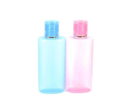 gel douche: Bouteille de shampoing, savon liquide de nettoyage, tonifiant pour le visage, gel douche et lotion pour le corps isol� sur fond blanc Banque d'images