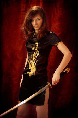 katana: Een vrouw gekleed als een Giesha en Katana zwaarden in haar handen