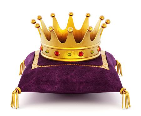 corona real: Corona de Oro en la almohada p�rpura aislado en el fondo blanco