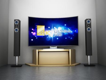Ultra HD Gebogen TV met home theatre-systeem in de kamer Stockfoto