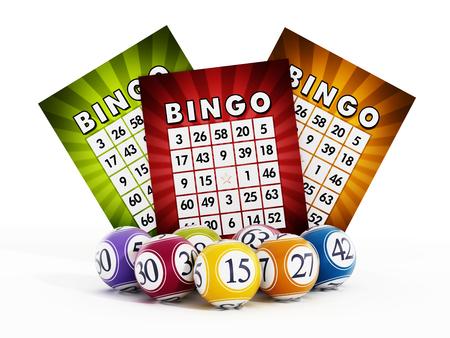 Tarjeta de bingo y bolas con los números aislados sobre fondo blanco Foto de archivo