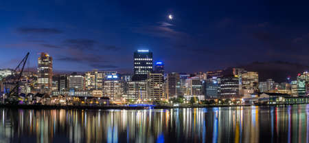Wellington haven stadsgezichten in de nacht na zonsondergang