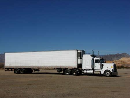 白い半駐車砂漠の平野。テキストのスペースの機能の負荷。 写真素材