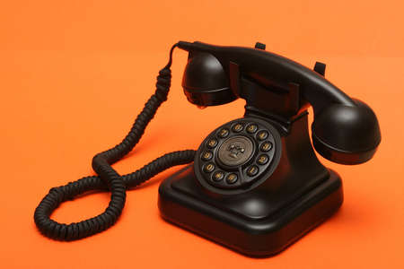 fixed line: Anticuarios tel�fono fijo en naranja tel�n de fondo