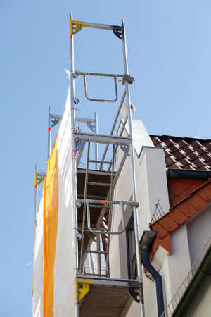 Roof gable, orange-white tarpaulin, scaffolding, construction site, house facade, old building, Germany, Europe Zdjęcie Seryjne