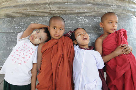MINGUN, MYANMAR - 03 de febrero ni�os no identificados se par� frente a Mingun campana, Feb 3, 2010, Myanmar Mingun es una ciudad en Sagaing Regi�n Su principal atractivo es el arruinado Mingun Pahtodawgyi