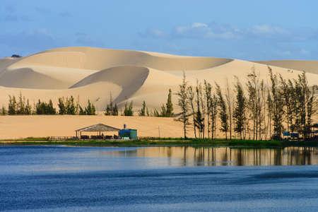 Duna de arena blanca en Mui Ne, Vietnam Foto de archivo