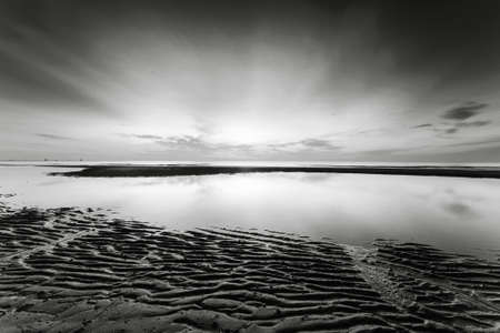 black an white: Amanecer en la playa