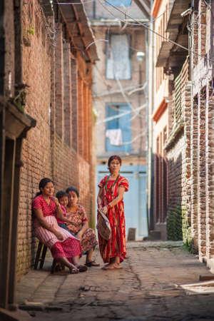 BHAKTAPUR, NEPAL - el 29 de septiembre las mujeres nepal�es no identificados el 29 de septiembre de 2012 en Bhaktapur, Nepal Bhaktapur est� catalogado como Patrimonio de la Humanidad por la UNESCO por su rica cultura, templos y obras de arte de madera