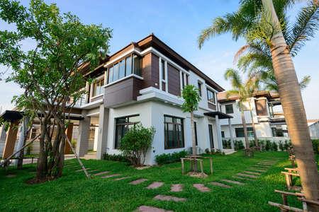 Modern huis en tuin