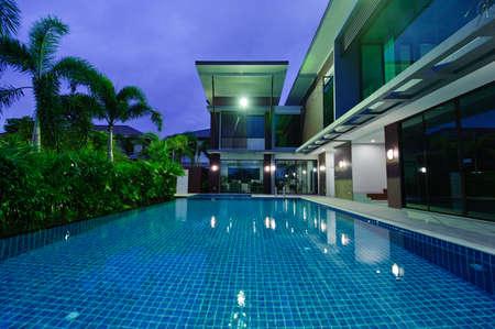 nadar: Casa moderna con piscina en la noche Foto de archivo