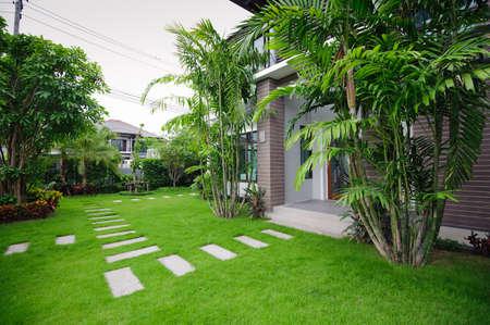 정원에서 현대 집