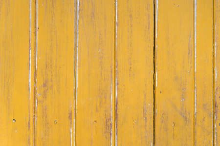 amarillo y negro: cerca de madera vieja con la pintura amarilla