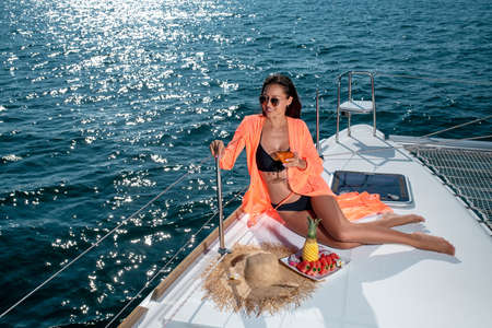 Young beautiful girl on the bow of the yacht Zdjęcie Seryjne