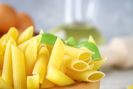 Penne rigate. Macaroni in the form of feathers. mostaccioli pasta Stockfoto