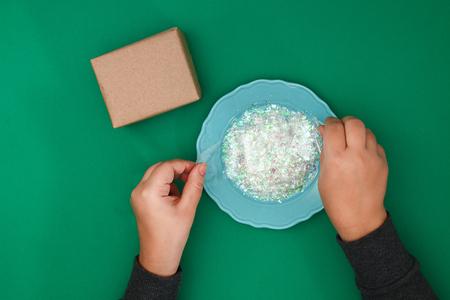 Le design original d'un cadeau de Noël en papier kraft Banque d'images