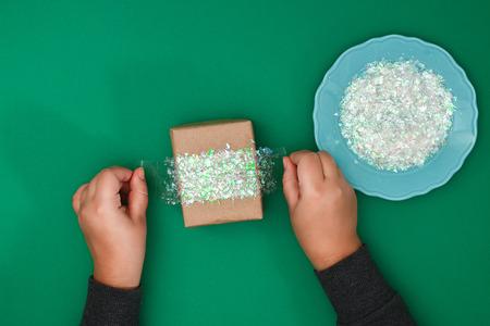 Le design original d'un cadeau de Noël en papier kraft