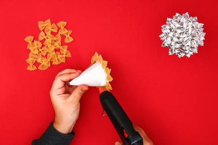 Hoe maak je een kerstboom van rauwe pastastrikken. Het proces van het maken van kerstbomen van pasta, kartonnen borden, hete lijm en verf of spray. Gids, stap voor stap op de foto. Handgemaakt, doe-het-zelf