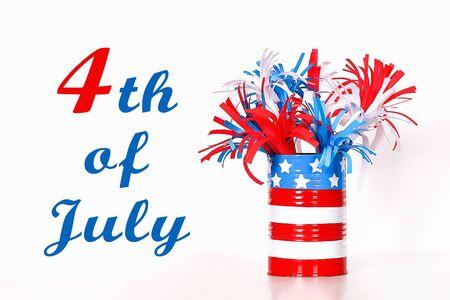 Diy 4 de julio papel saludo color bandera estadounidense, rojo, azul, blanco. Idea de regalo, decoración 4 de julio, día de la independencia de Estados Unidos. Paso a paso. Vista superior. Proceso de artesanía para niños. Taller.