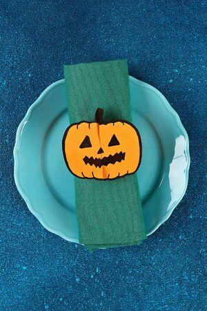 Diy Halloween paper bracelet pumpkin on blue background. Gift idea, decor Halloween. Step by step. Top view. Process kid children Halloween craft. Workshop. Banco de Imagens