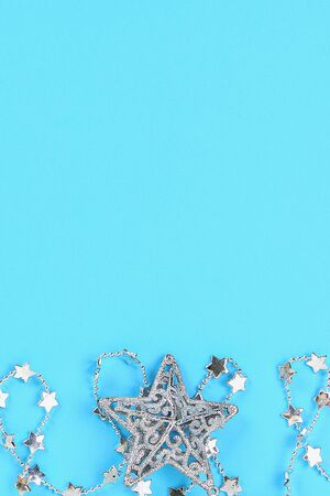 Christmas composition from Christmas tree toys. White decor on a blue background. Copy space, flat lay, top view Banco de Imagens