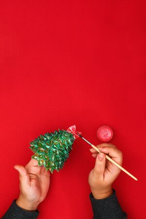 How to make a Christmas tree from raw pasta bows. The process of making Christmas trees from pasta, cardboard plates, hot glue and paint or spray. Guide, step by step on the photo. Handmade, DIY Zdjęcie Seryjne