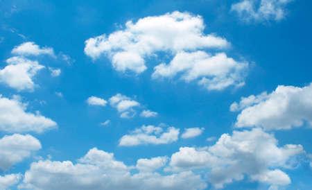 De uitgestrekte blauwe lucht en de wolken hemel Stockfoto